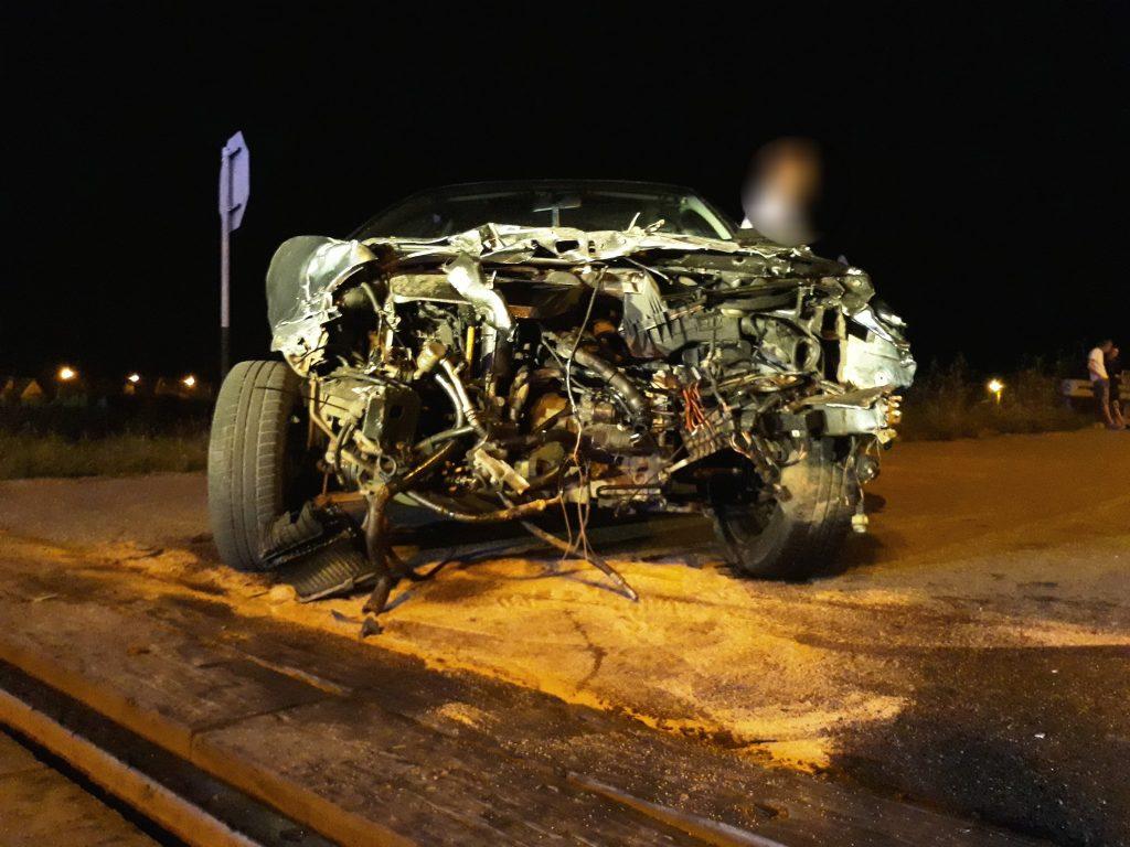Muszyna: Samochód osobowy wjechał pod pociąg, to cud że nikt nie ucierpiał