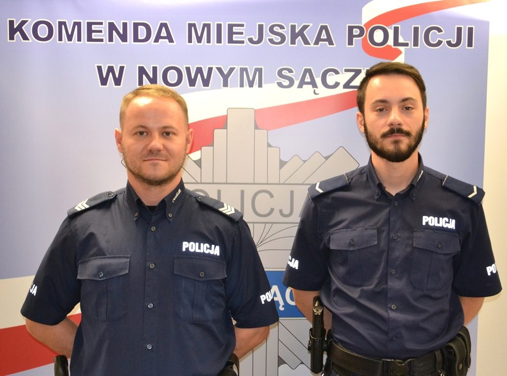 Piwniczna-Zdrój. Policjanci uratowali mężczyznę z płonącego budynku