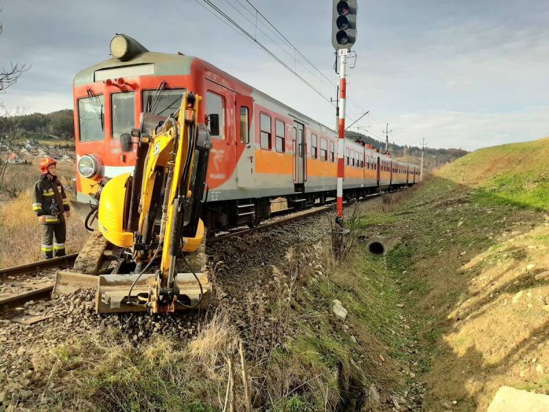 ynica-Zdrój: Zderzenie pociągu osobowego z koparką - fot. KMPSPS Nowy Sącz