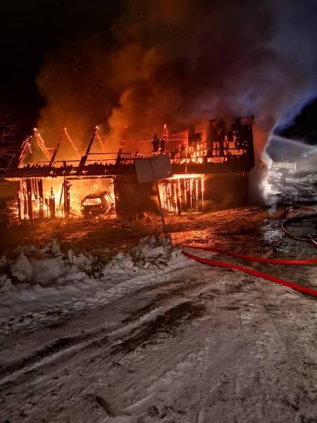Piwniczna Zdrój. W pożarze budynku gospodarczego spłonęły dwa samochody