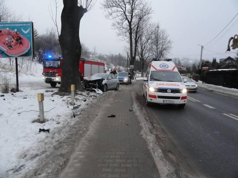 Na ul. Kraszewskiego samochód osobowy wypadł z drogi - fot. KMPSP Nowy Sącz
