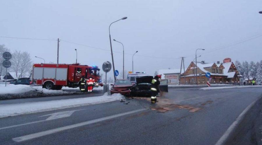 Utrudnienia na DK 75 w Krzyżówce po zderzeniu dwóch samochodów osobowych