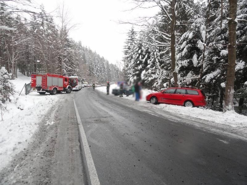 Tylicz: Zderzenie dwóch osobówek i autobusu na ul. Pułaskiego