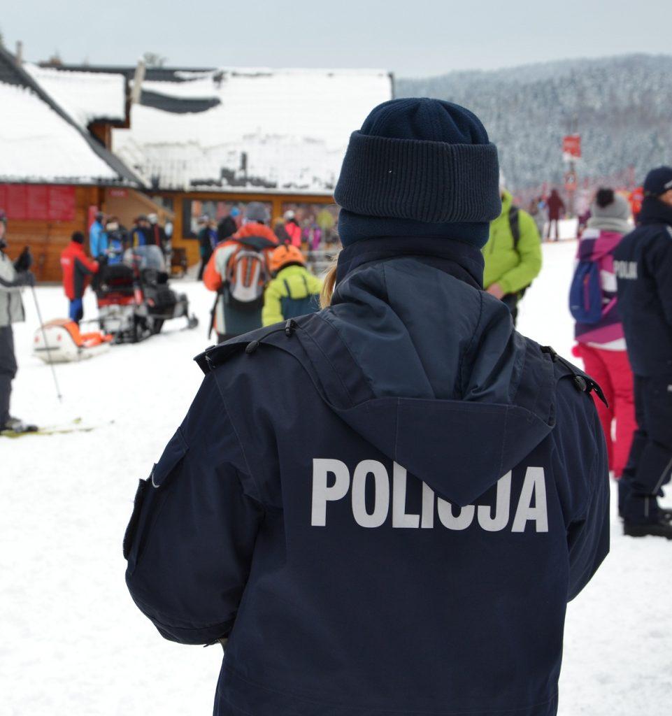 Policjanci z patroli narciarskich radzą, jak zachować się na stoku