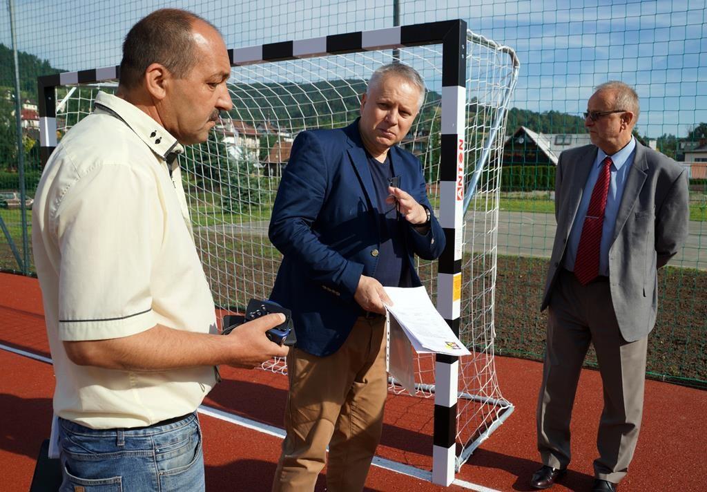 Nowoczesne boisko sportowe przy powiatowej szkole w Krynicy-Zdroju