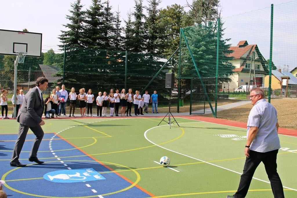 Dzieci w Mochnaczce Niżnej mają nowe boisko!