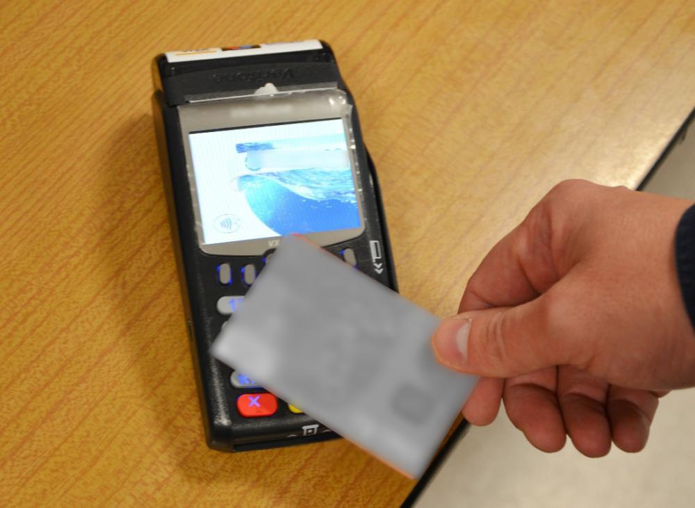 Znalazł kartę bankomatową i płacił nią zbliżeniowo. Policjanci z Krynicy ustalili sprawcę i przedstawili mu zarzuty
