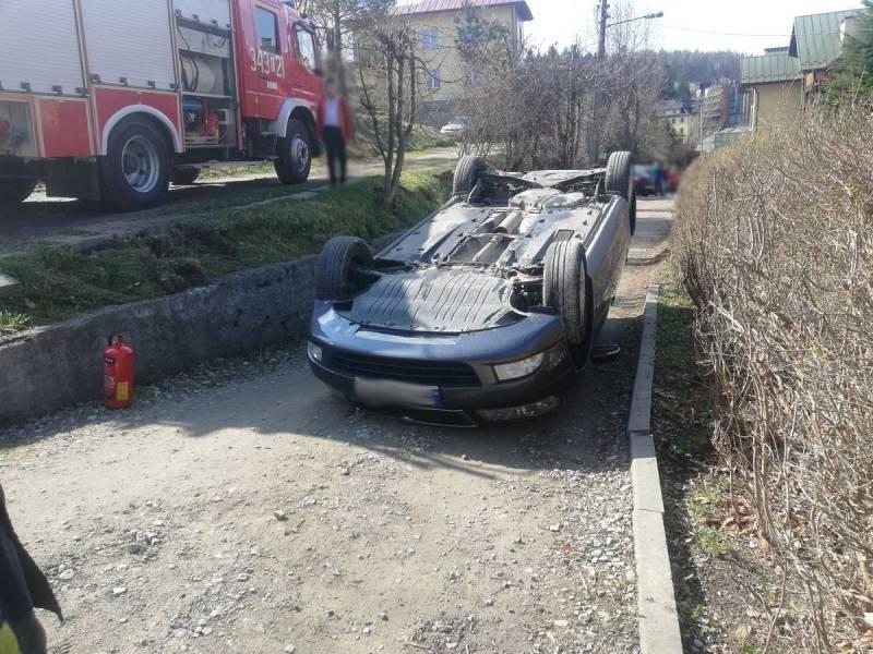 Dachowanie samochodu osobowego na ul. Pięknej - fot. KMPSP NS