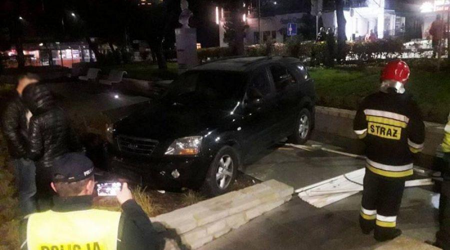 Krynica-Zdrój. Samochód osobowy wypadł z drogi i wjechał do Parku Zdrojowego.
