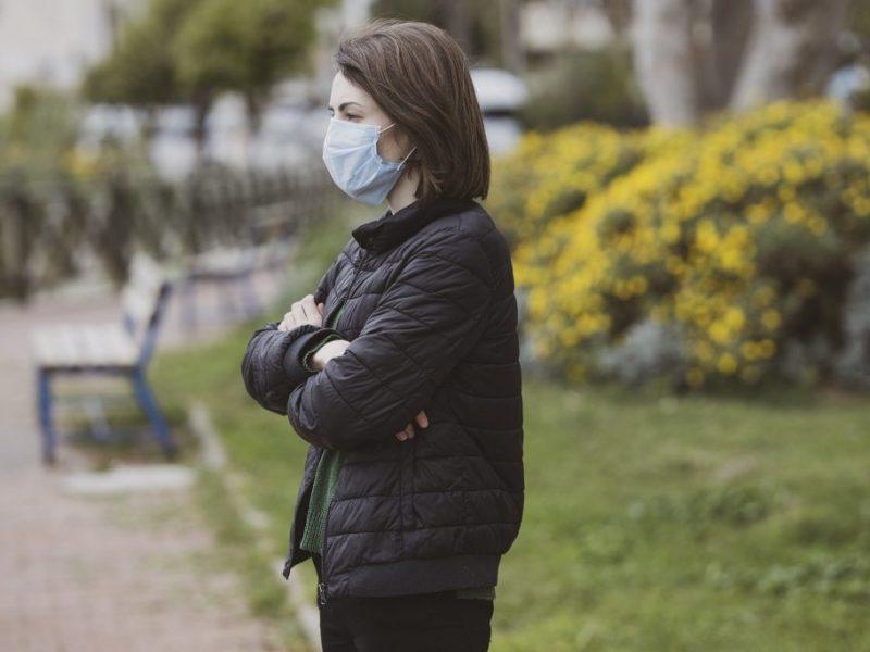 Kobieta w masce medycznej – fot. pixabay.com