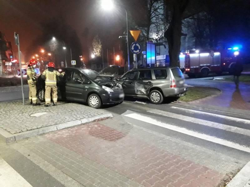 Krynica-Zdrój. Kolizja dwóch samochodów na rondzie im. Stefana Wyszyńskiego