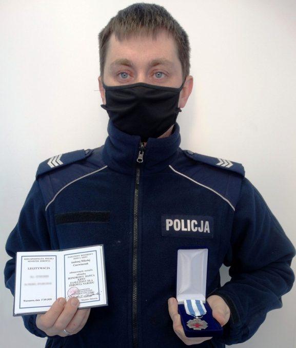 sierż. sztab. Andrzej Czerwińczak z legitymacją i odznaczeniem - fot. KMP Nowy Sącz