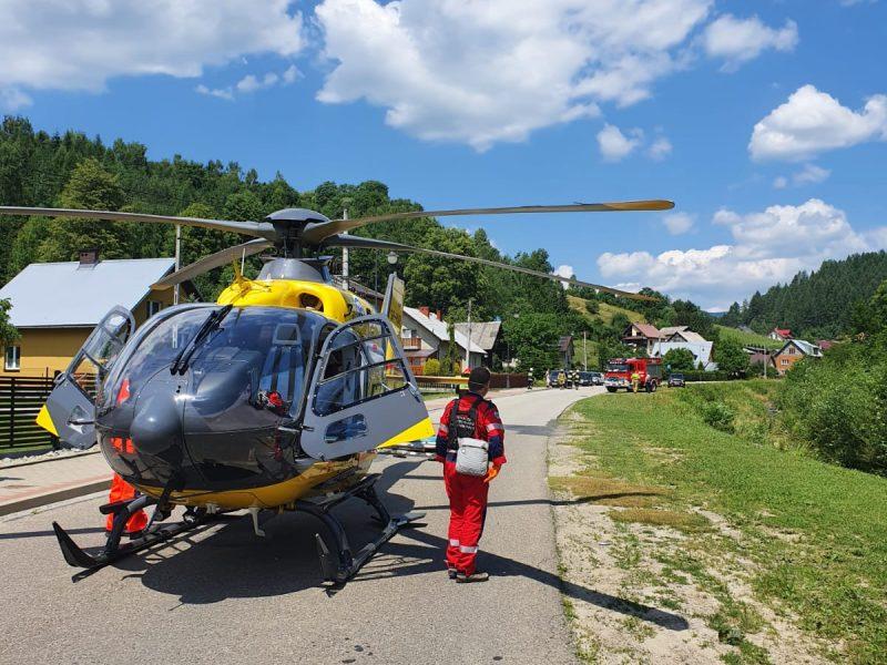 Milik - śmigłowiec LPR ląduje na drodze - fot. KM PSP Nowy Sącz